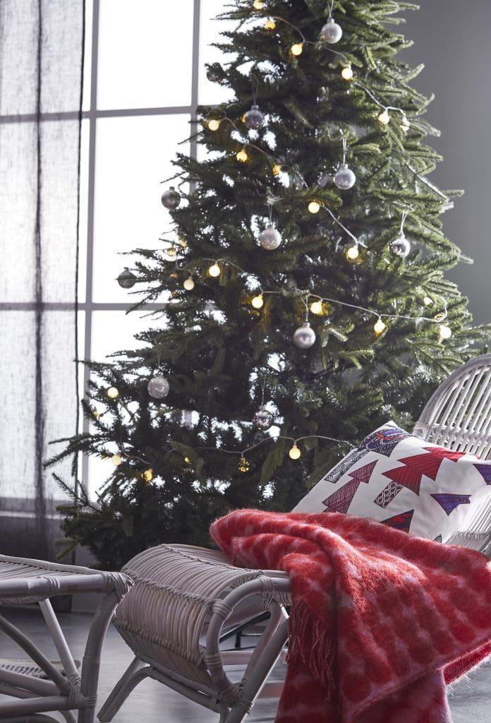 Kunstkuusk jõulutuledega